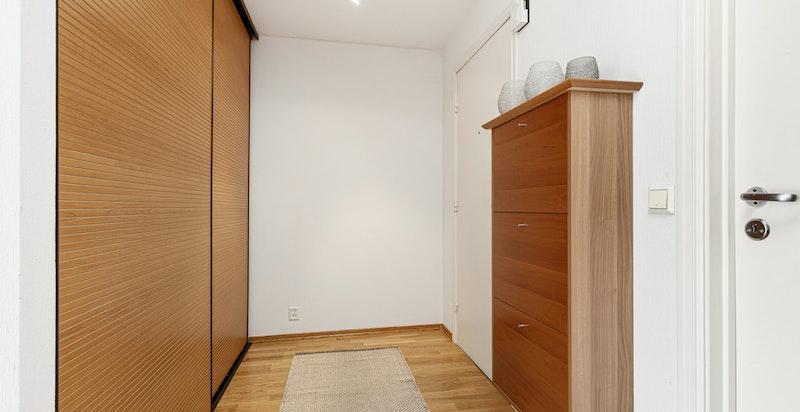 Entreen gir et godt førsteinntrykk av boligen med nymalte flater og parkettgulv, hvilket er gjennomgående for øvrige oppholdsrom i boligen.