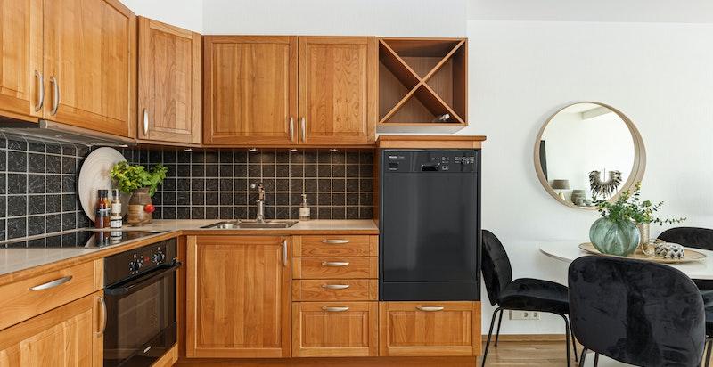 Kjøkkenet er utstyrt med laminat benkeplate, fliser over benk, rustfri oppvaskkum og blandebatteri.