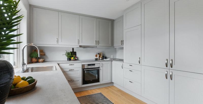 Stilrent kjøkken fra Huseby med integrerte hvitevarer fra Siemens, samt waterguard og komfyrvakt
