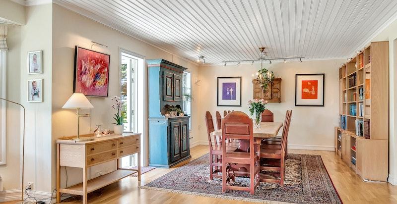 Utgang til platting og hage mellom stue og spisestue