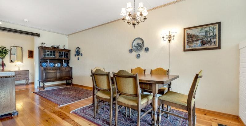 God plass til større spisegruppe i stuen