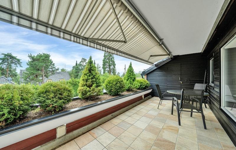 Solrik og romslig sydvendt terrasse