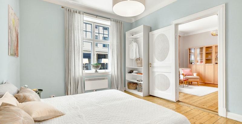 Soverom med god lagring i garderober og skap