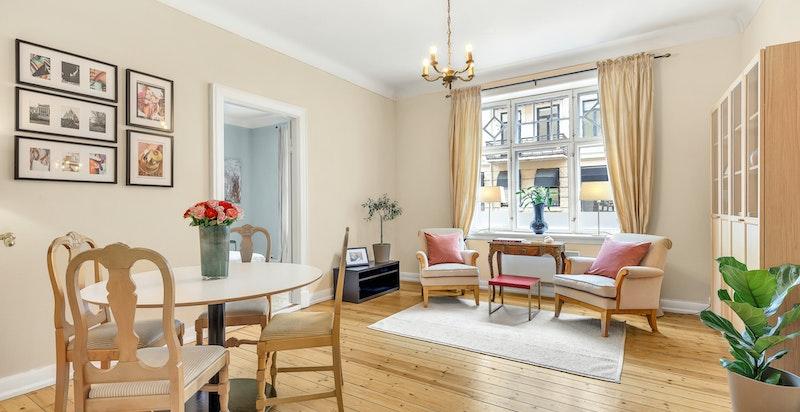 2-roms eierseksjon beliggende i byggets 1. etasje. Primærrom utgjør 68 m² som omfattes av entré/gang, bad/wc, kjøkken, stue med peis og soverom