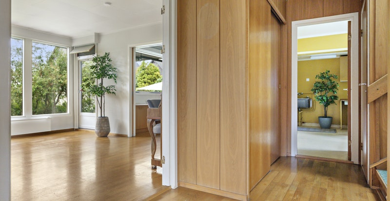 Hall med garderobe - dør til stue og til kjøkken