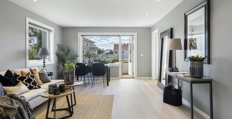 Stuen har god plass til stuemøblement, tv-benk og spisestue.