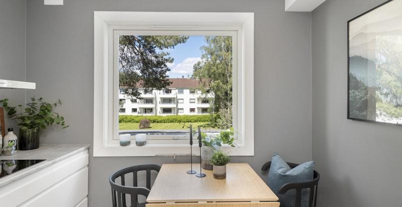 Fra kjøkkenet er det pent utsyn mot fellesarealer og det er plass til kjøkkenbord i rommet.
