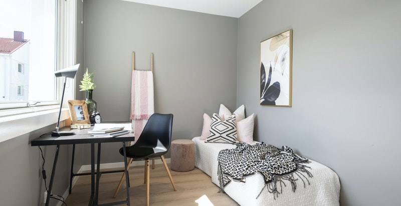 Soverom 2 egner seg godt som barnerom, kontor, gjesterom. Plass til enkeltseng og garderobeinnredning.