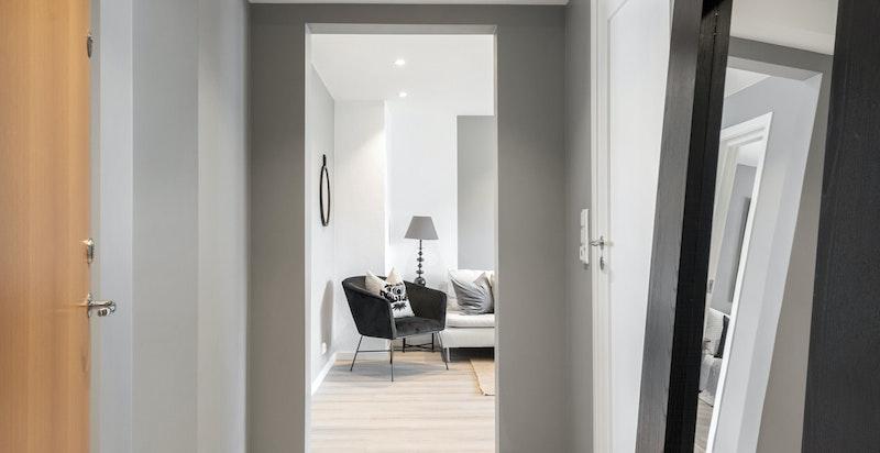 Entreen gir et godt førsteinntrykk av boligen med greige storformat-fliser på gulv og nye flater.