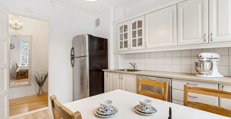 Kjøkkenet er romslig med plass til spisebord.