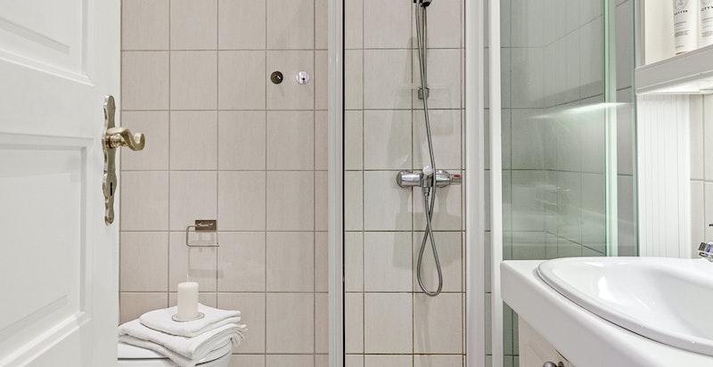 Badet fremstår lyst og praktisk. Det ble rehabilitert i 1997 og har derav usikker gjenstående brukstid pga høy alder.