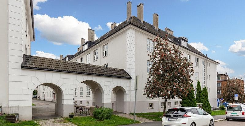 Bygningene står oppført på byantikvarens gule liste.