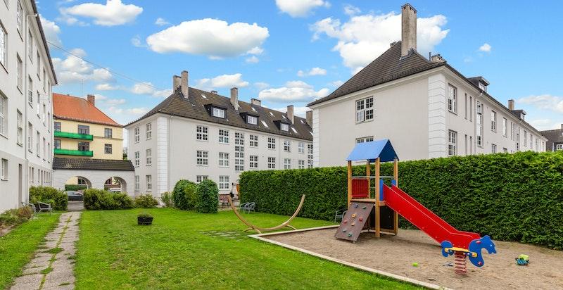 Arkitekt Morgenstierne & Eide har tegnet bygningene i dette borettslaget. Firmaet står bak noen av tidens fineste eksempler på områdeplanlegging og sosial boligbygging.
