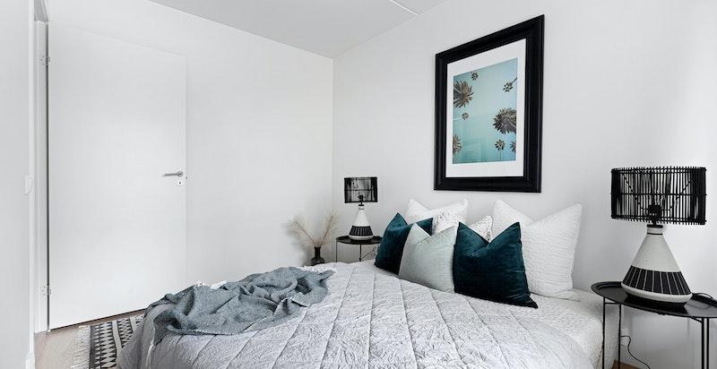 Rommet kan innredes med garderobeinnredning på hver sin side av sengen.