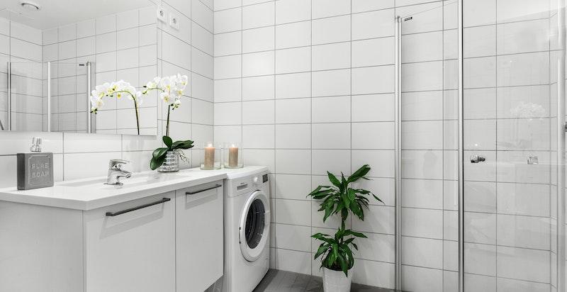 Badet har sevantinnredning og opplegg for vaskesøyle