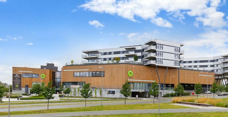 Leiligheten ligger over Fornebu Kjøpesenter med over 80 butikker, restauranter, treningssenter m.m.