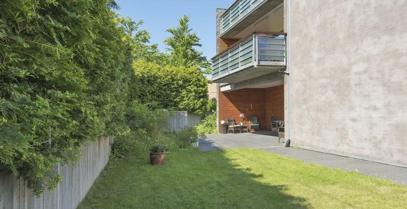 Usjenert hage- og terrasseområder rundt boligen