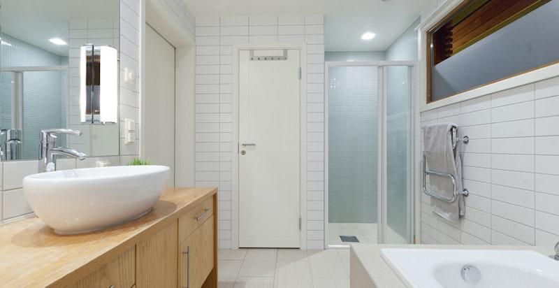 Bad med badekar og egen dusjnisje