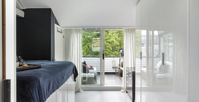 Rolig og behagelig soverom av god størrelse m/ utgang terrasse. Medfølgende stor garderobe.