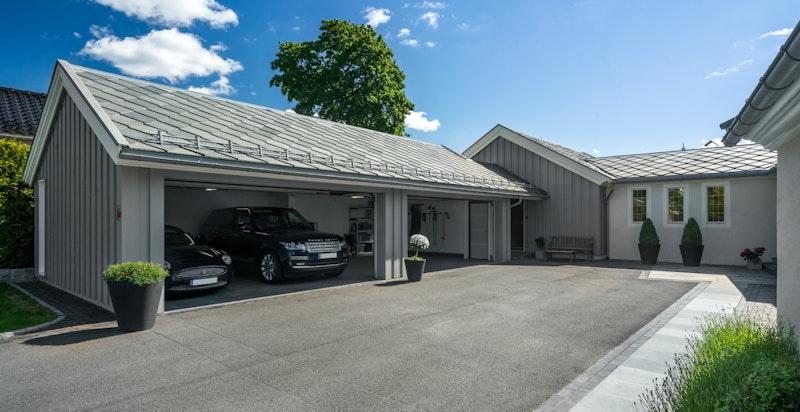 Stor garasje med plass til 4 biler samt parkering på egen gårdsplass