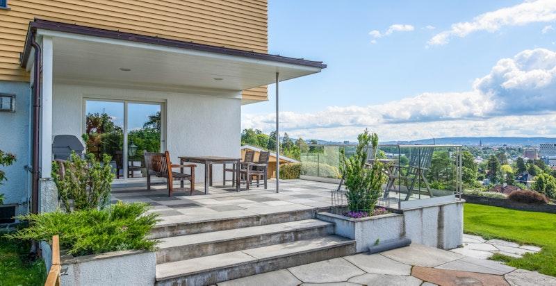 Flott terrasse utenfor stuen med fantastisk utsikt