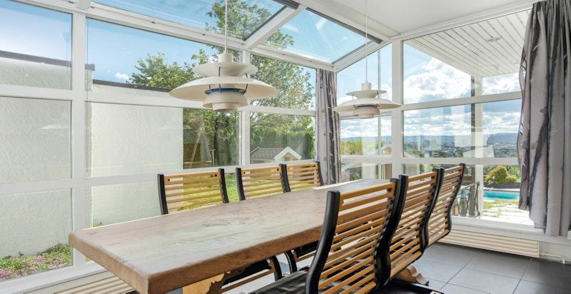 Stor spiseplass etablert i glaskarnapp på kjøkkenet