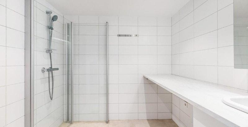 Bad med dusj og vaskemaskin som medfølger