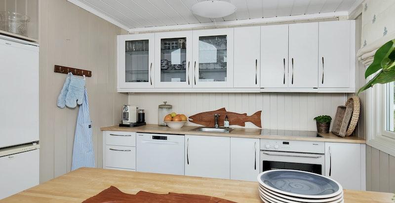 Nyere kjøkken med hvitevarer