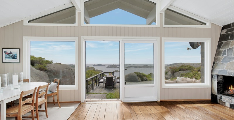 Store stue med vindusflater helt opp