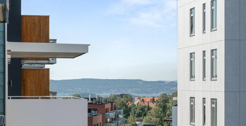 Utsikt mot sjøen fra balkongen