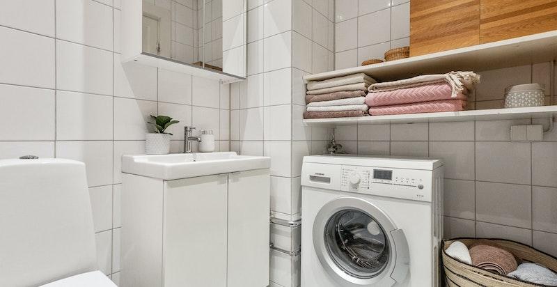 Opplegg for vaskemaskin og praktisk hyllesystem