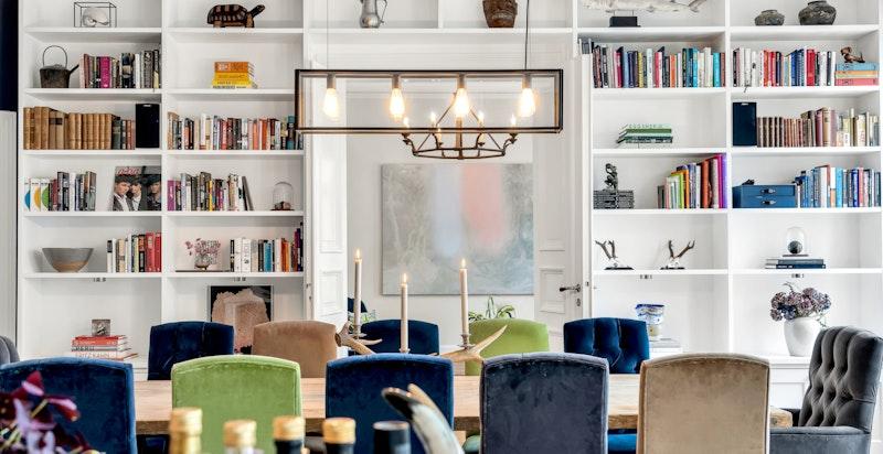 Leiligheten har en rekke spesialbygde løsninger, bl.a. plassbygde bokhyller med el-punkter og innebygget belysning