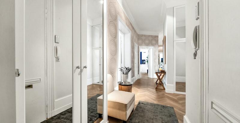 I hall/entréer det snekkerbygde garderobeskap i heltre eik med speildetaljer