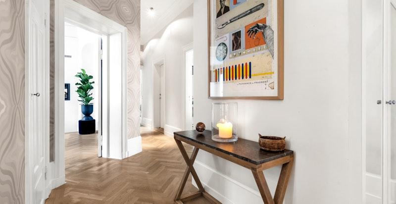 Alle lister til både gulv og tak er snekkerbygd og spesialtilpasset for hvert rom.