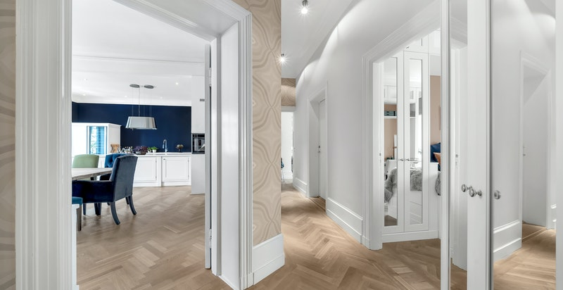Hele leiligheten ble oppusset i perioden 2011/2012 og har svært flotte og påkostete detaljer, både hva gjelder materialvalg og håndverksmessig utførelse.