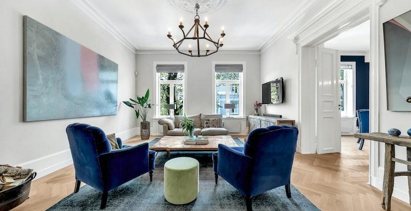 Gjennomgående, lys og meget flott leilighet m/svært god planløsning, sjenerøs takhøyde, høy standard og svært god beliggenhet i bygget