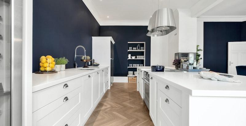 Det er flere innebygde finesser i det plassbygde kjøkkenet, som blant annet skuffer i heltre eik og innebygde skjæreplater