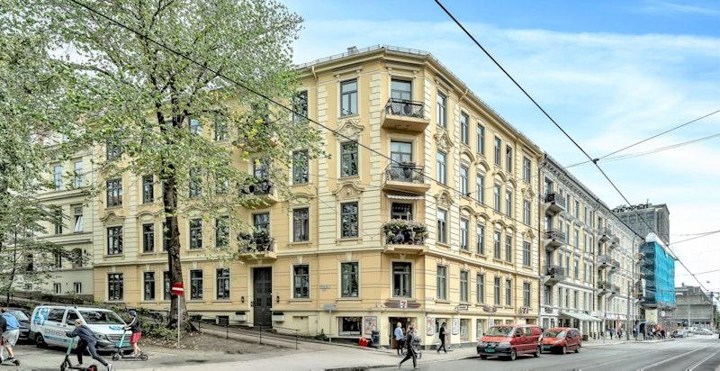 Klassisk bygård/hjørnegård fra 1894 beliggende mot Frognerveien og Oscars gate, oppført over fire etasjer, samt kjeller og loft