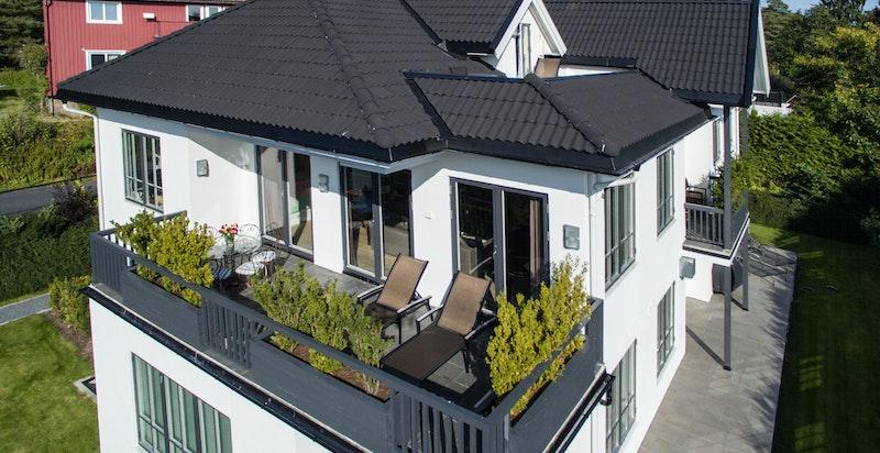 Leiligheten ligger i 2. etg med solrik terrasse