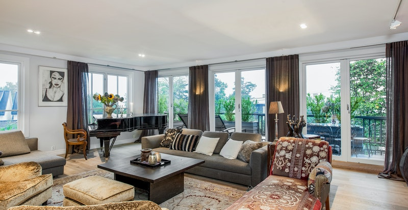 Lys og tiltalende stue med utgang til terrasse