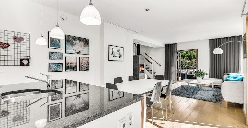 Fra kjøkkenet mot spiseplass og stuen - merk også flotte granitt benkeplater på kjøkkenet