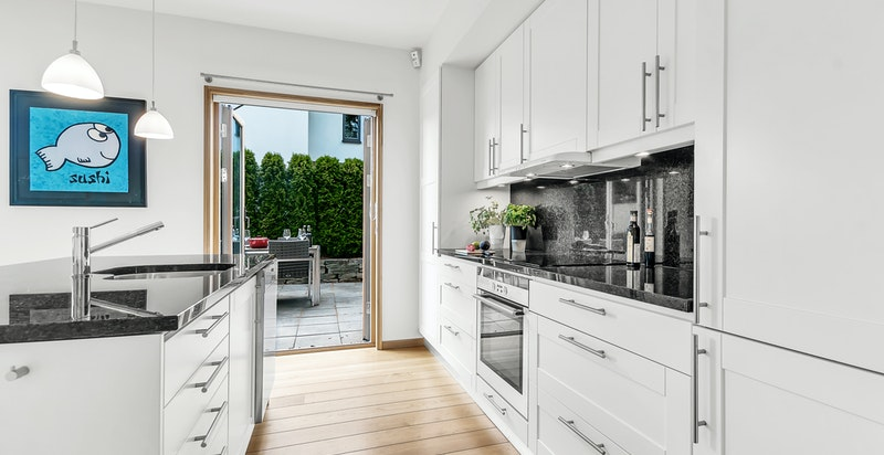 Pent kjøkken med integrerte hvitevarer - enkel adkomst rett ut til uteområdet