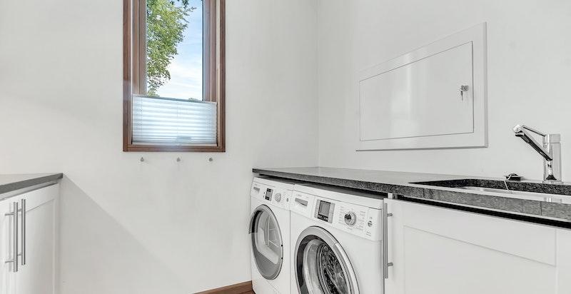 Opplegg for vaskemaskin og tørketrommel under granitt benkeplate