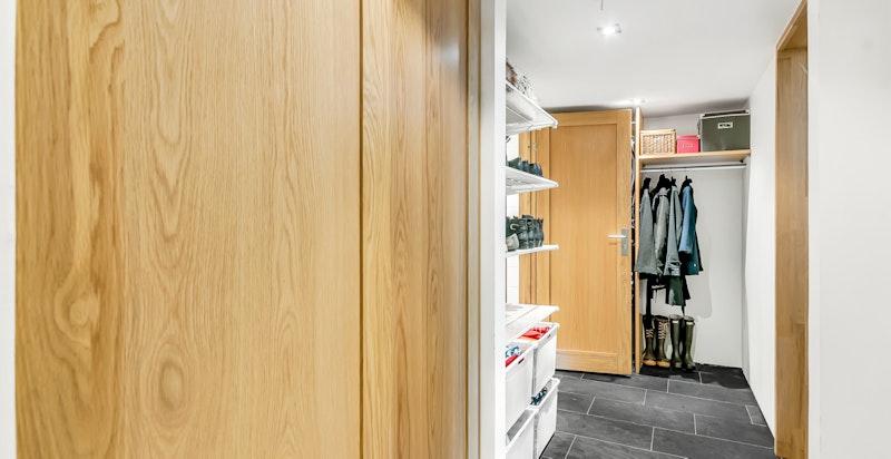 Gang med garderobe og lagringsplass