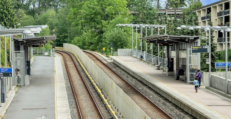 I gangavstand fra boligen finner man Åsjordet T-banestasjon, her ligger det også en nærbutikk