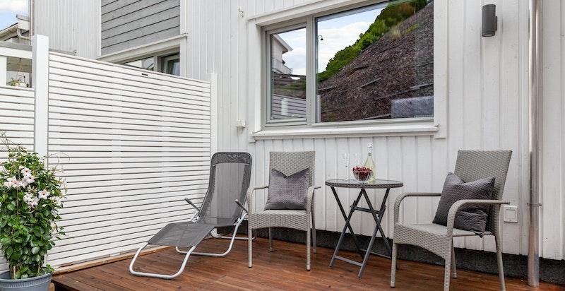 Terrasseplatting med utgang fra kontor/soverom i 2.etg.