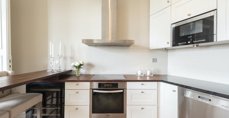 Kjøkken med integrerte hvitevarer og god arbeidsplass