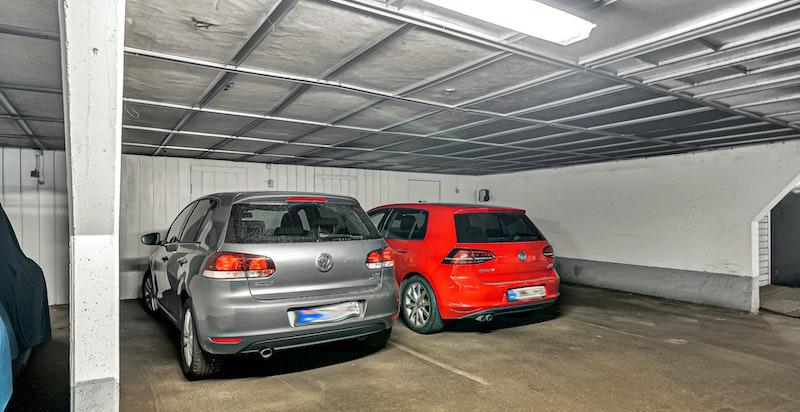 Medfølgende garasjeplass i lukket anlegg, med bod praktisk tilknyttet