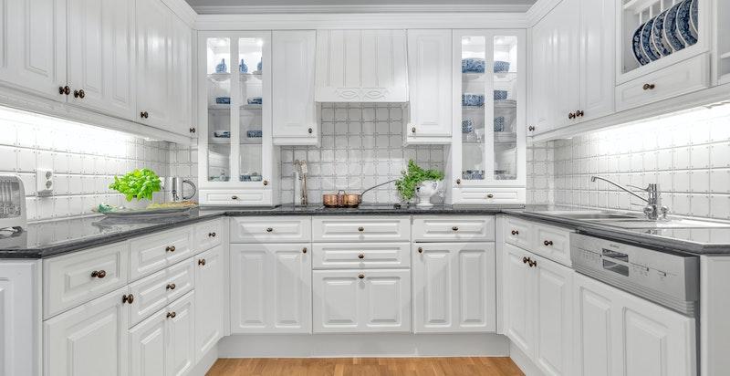 Velholdt og romslig kjøkken med god skap- og benkeplass