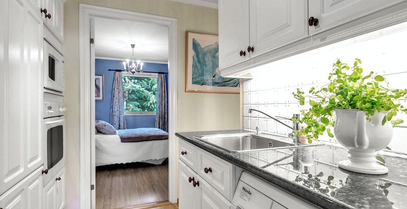 Grovkjøkken med medfølgende vaskemaskin under benkeplate